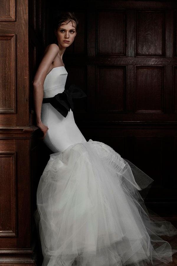 Свадебное платье с черной отделкой
