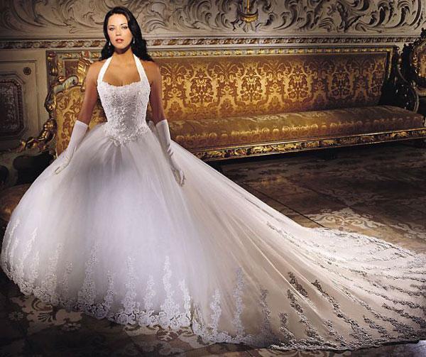 Подобная отделка прекрасно украшает свадебные платья, выполненные из гладкого материала. В сезоне осень-зима 2015-2016 вы можете позволить себе платье на
