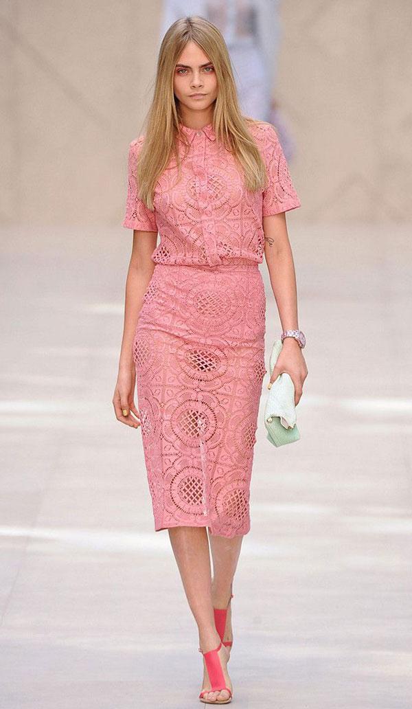 Розовое вязанное платье